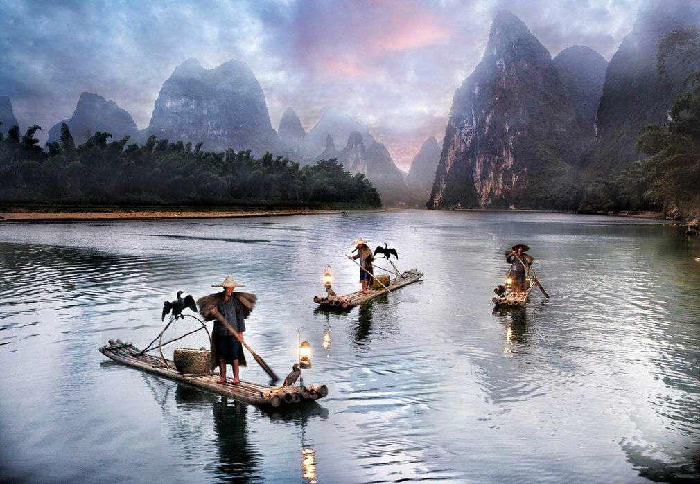 مردان ماهیگیر چینی روی قایق هایی از بامبو