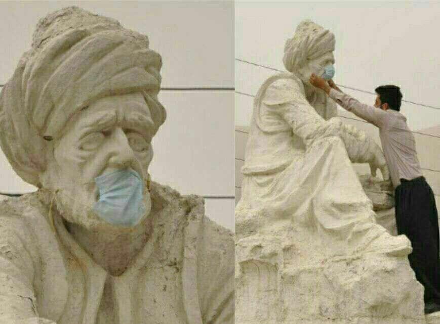 اعتراض نمادین یک شهروند پاوەای به وضعیت گرد و خاک و گذاشتن ماسک برای مجسمە میرزا عبدالقادر پاوه ای