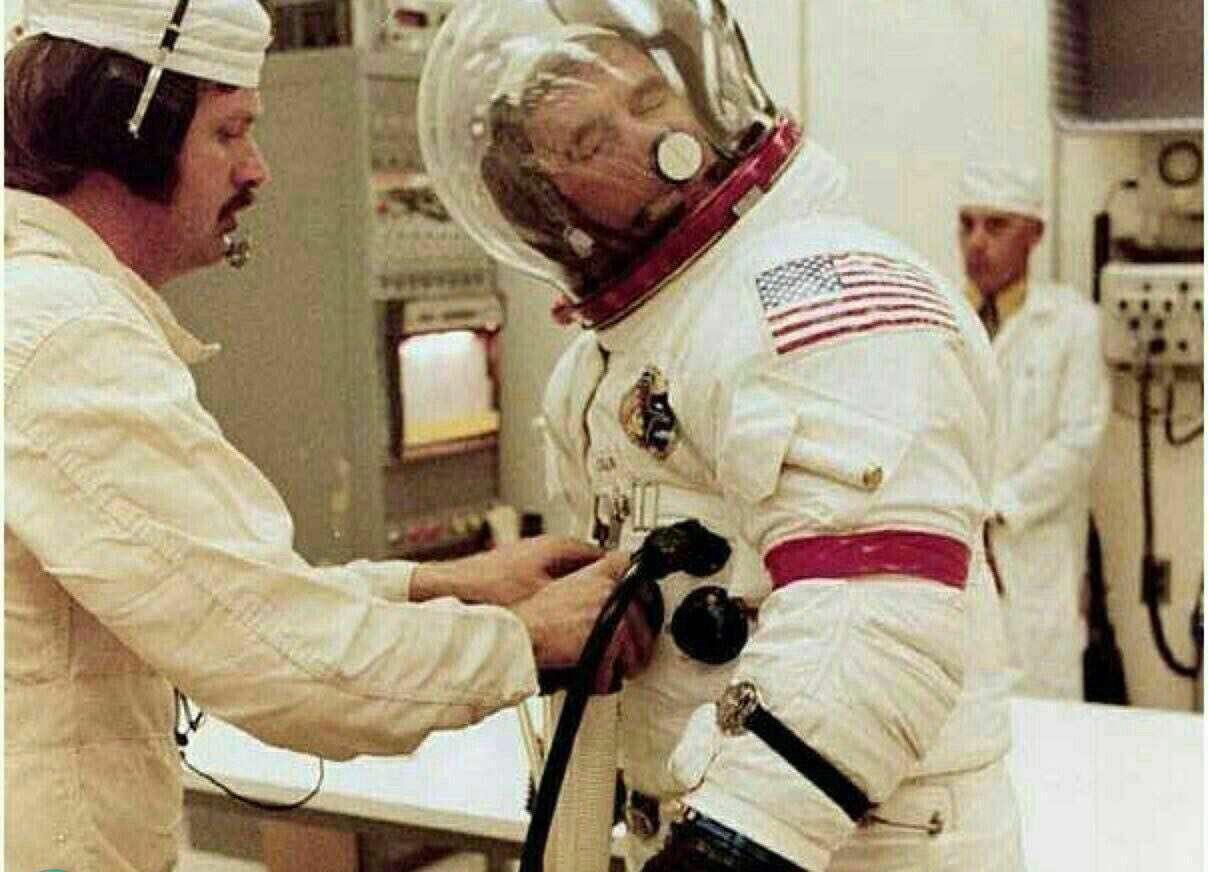 در کلاه فضانوردان پارچه زبری چسبانده شده که بتوانند با آن بینی خود را بخارانند