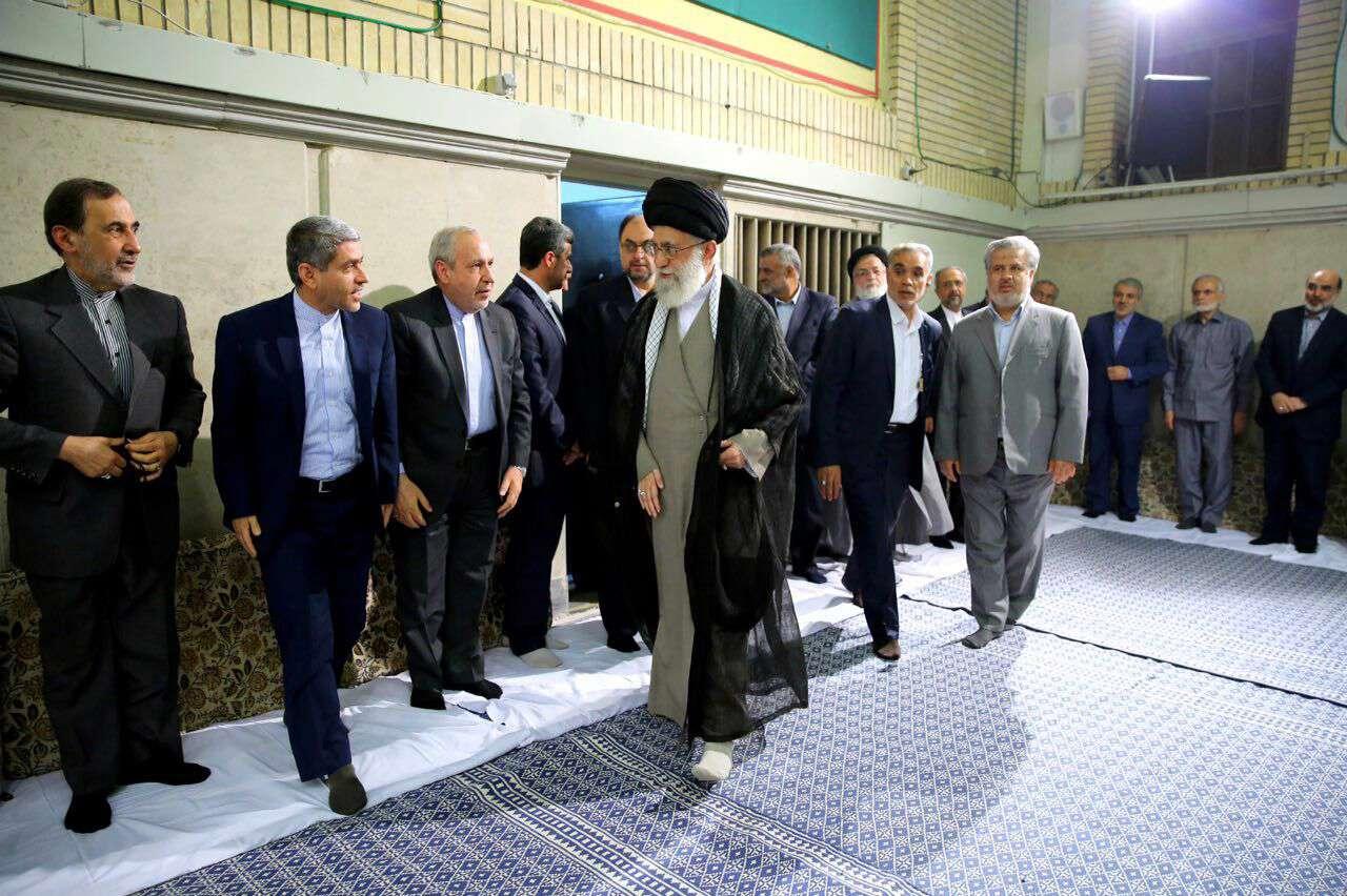 لحظه ورود رهبر انقلاب به حسینیه امام خمینی در دیدار کارگزاران نظام