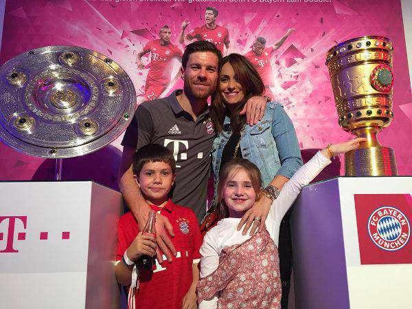 ژابی آلونسو به همراه اعضای خانواده در جشن قهرمانی