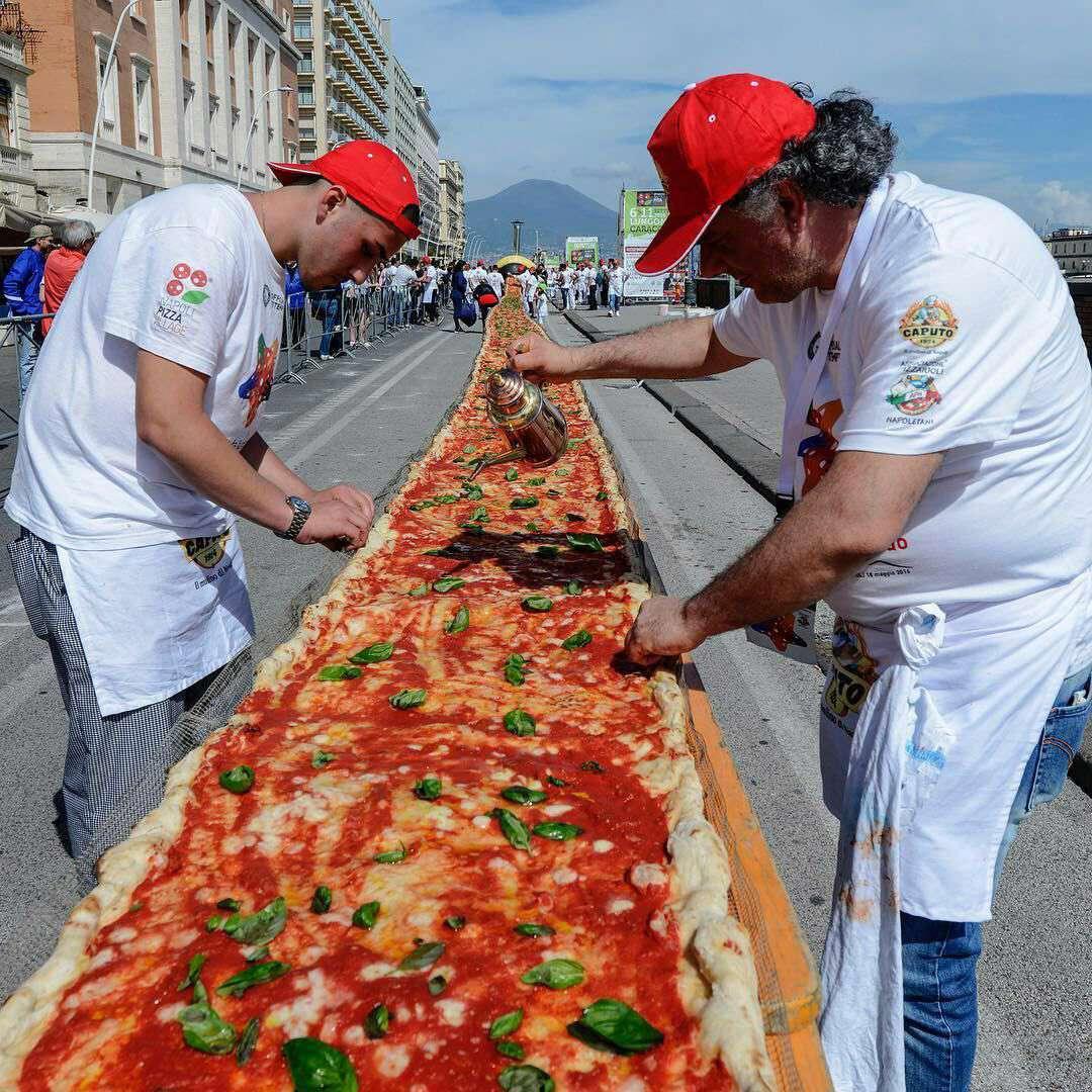 طولانی ترین پیتزا جهان به طول 2 کلیومتر در ناپل ایتالیا