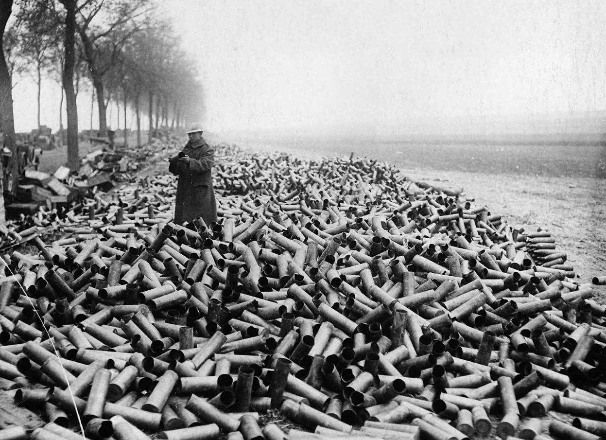 یک سرباز بریتانیایی در میان پوکههای توپ - جنگ جهانی اول