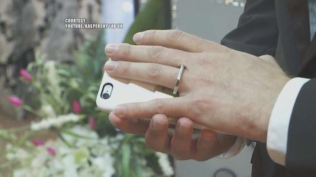 مرد آمریکایی با آیفون خود ازدواج کرد!  آرون چروناک در لاس وگاس با گوشی محبوب خود که یک آیفون است، ازدواج کرد!