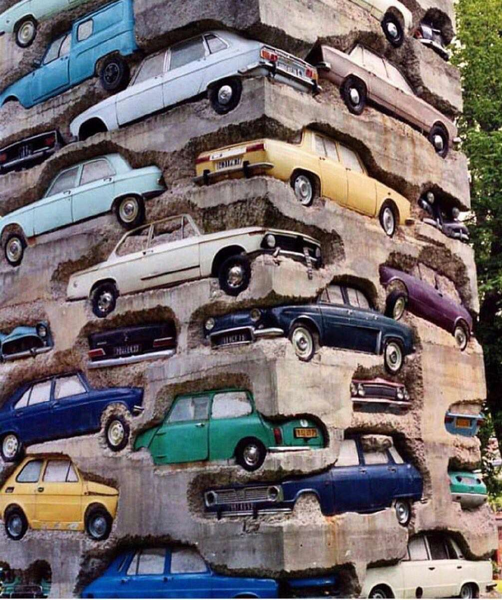 بنای عجیب ساخته شده از خودروهای قدیمی