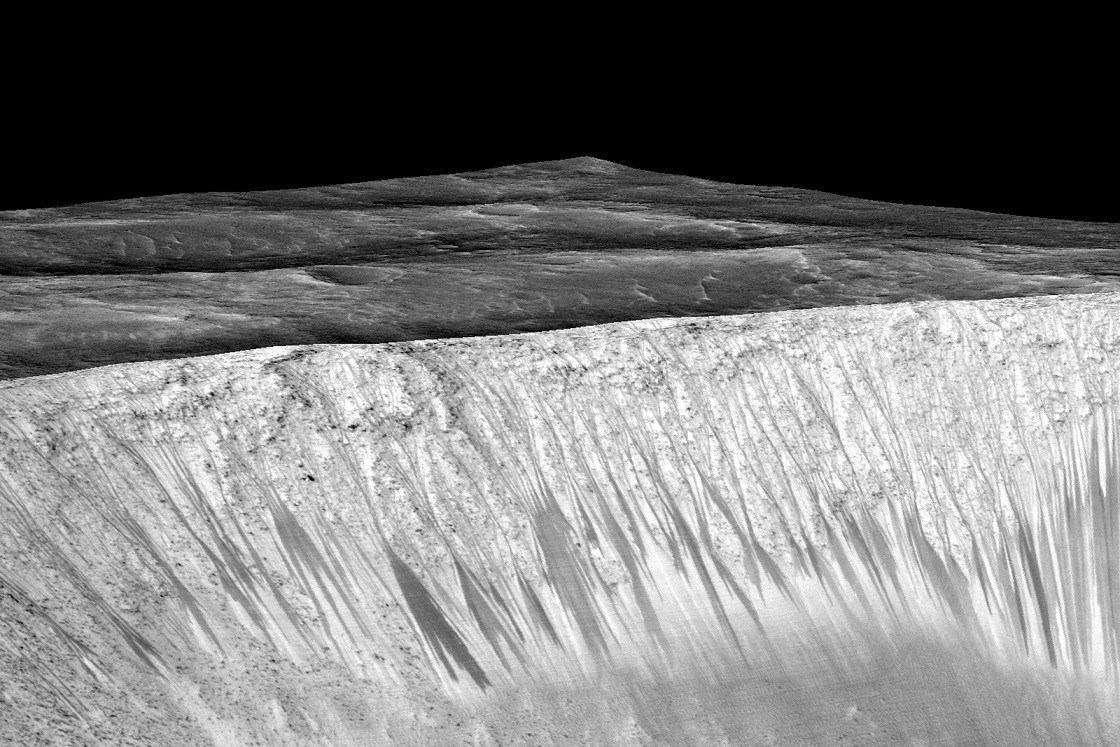 تصویر فوق توسط ماهوارههای سازمان ناسا از سیاره مریخ گرفته و ارسال شده که نشان میدهد سیاره مریخ دارای آب است