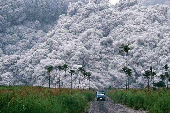 عکسی بی نظیر از فوران یک آتش فشان سهمگین در سال 1991؛ فیلیپین. راننده ای که سعی می کند با کامیونش از جهنم فرار کند