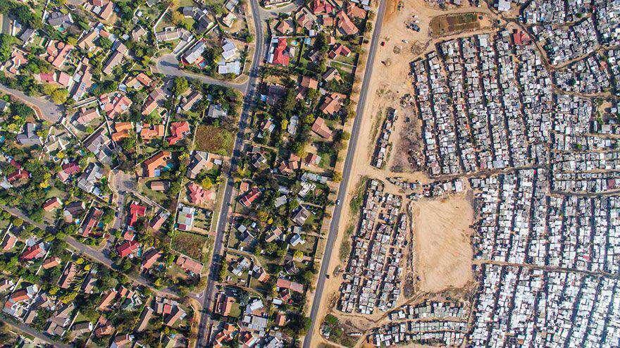 خیابانی که منطقه فقیر نشین را از منطقه ثروتمندان جدا کرده است