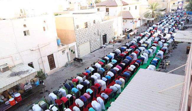 ادای نماز عید فطر در مقابل منزل شیخ عیسی قاسم در بحرین