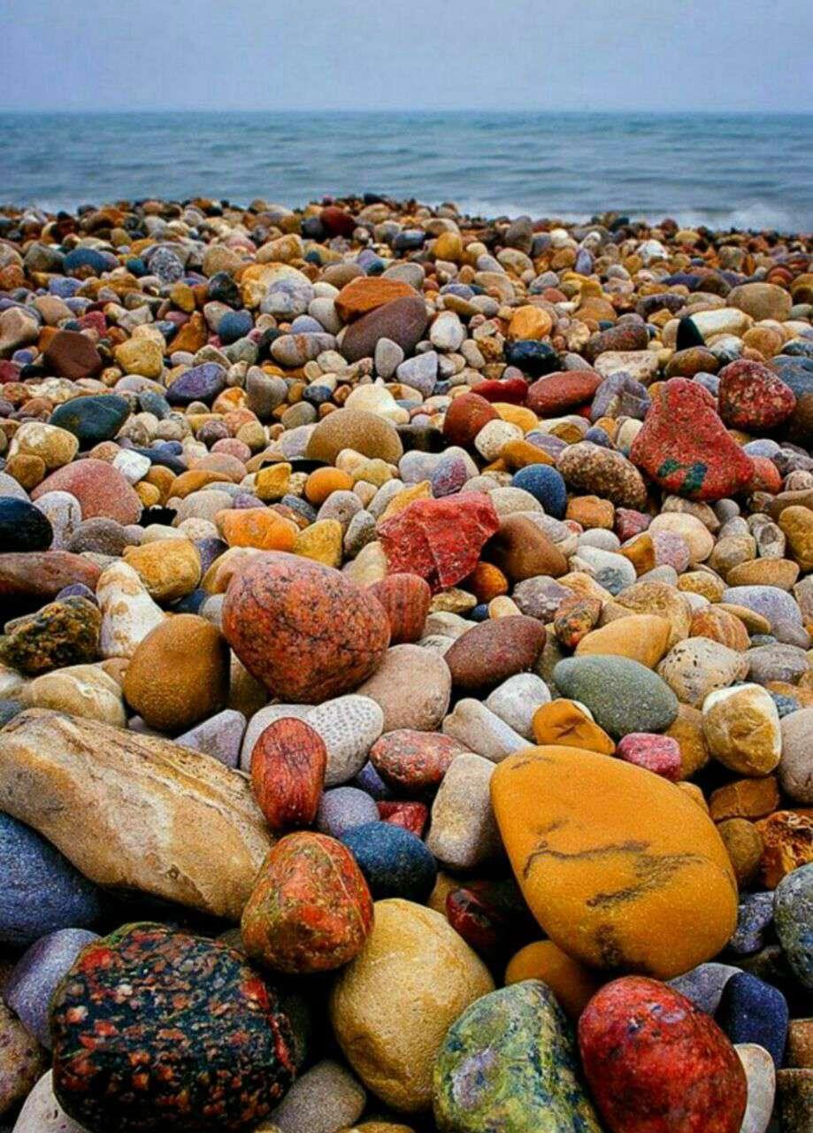 سنگهایی با رنگهای کاملاً طبیعی و شکل های زیبا و متنوع در ساحل دریاچه هرن در انتاریو کانادا