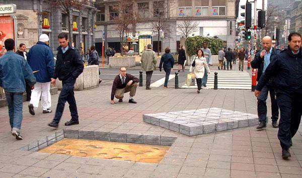 نقاشی 3 بعدی خارق العاده در پیاده رو!  حتی عابرین پیاده هم از کنارش رد میشوند تا با آنها بخورد نکنند