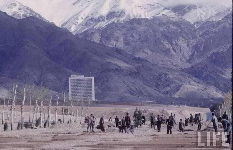 تصویر قدیمی مجله لایف از آغاز عملیات ساخت خیابان ولیعصر در تهران