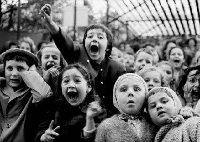 هيجان كودكان هنگام تماشاي نمايش عروسكي... در اين سكانس، قهرمان داستان در حال مبارزه با اژدهاست، فرانسه سال 1969.