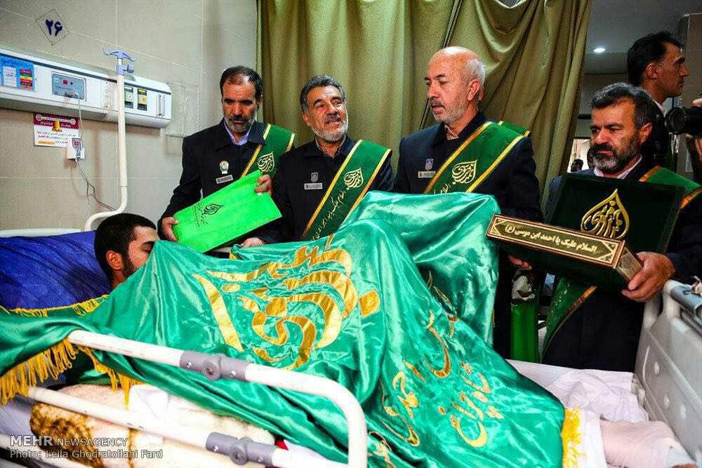 عیادت  خادمین حضرت احمد بن موسی الکاظم (شاهچراغ) از سربازان سانحه دیده