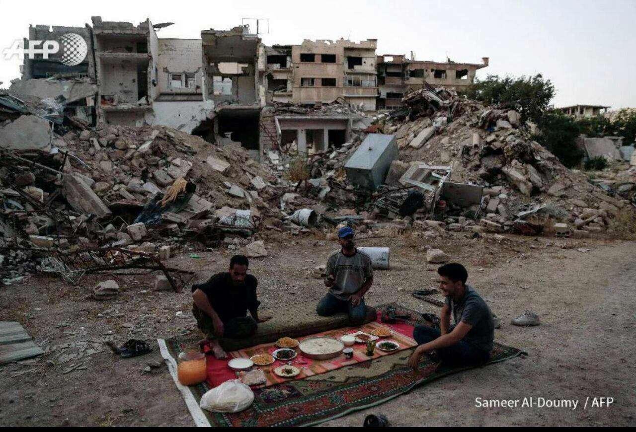 عکس خبرگزاری فرانسه از افطار در ویرانه های یکی از شهر های جنگ زده در سوریه
