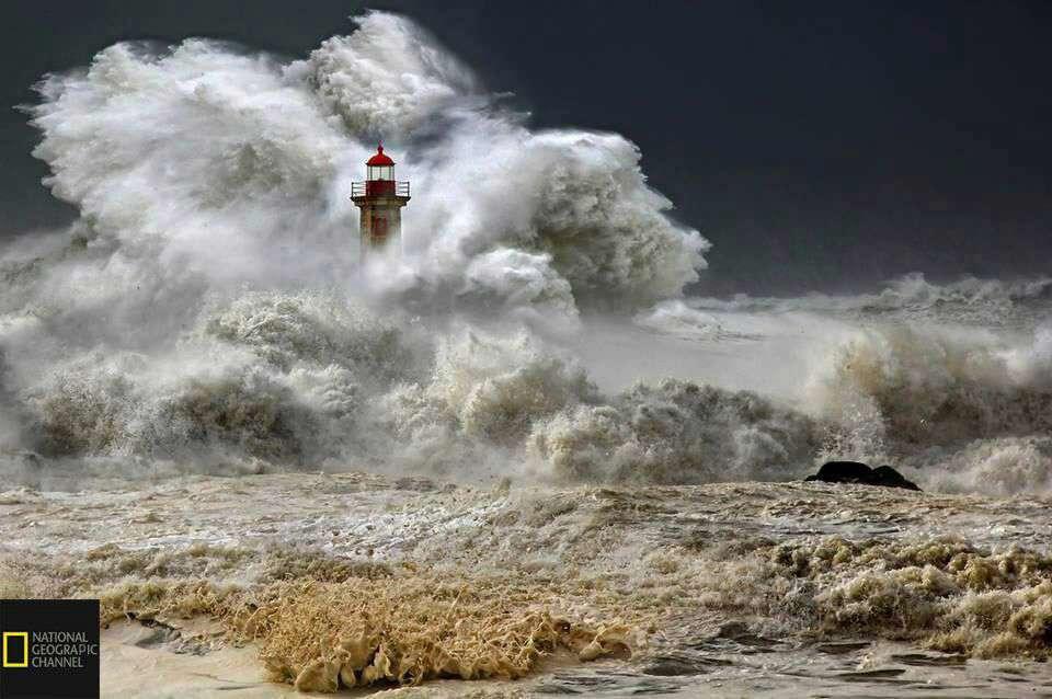 تصویری جالب از فانوس دریایی بزرگ پورتو در کنار امواج سهمناک اقیانوس اطلس