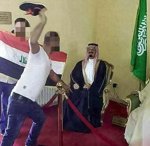 پرتاب لنگه کفش به تندیس شاه سعودی عراقیها ملک فهد پادشاه عربستان را در نمایشگاهی با لنگه کفش مورد لطف خود قرار دادند