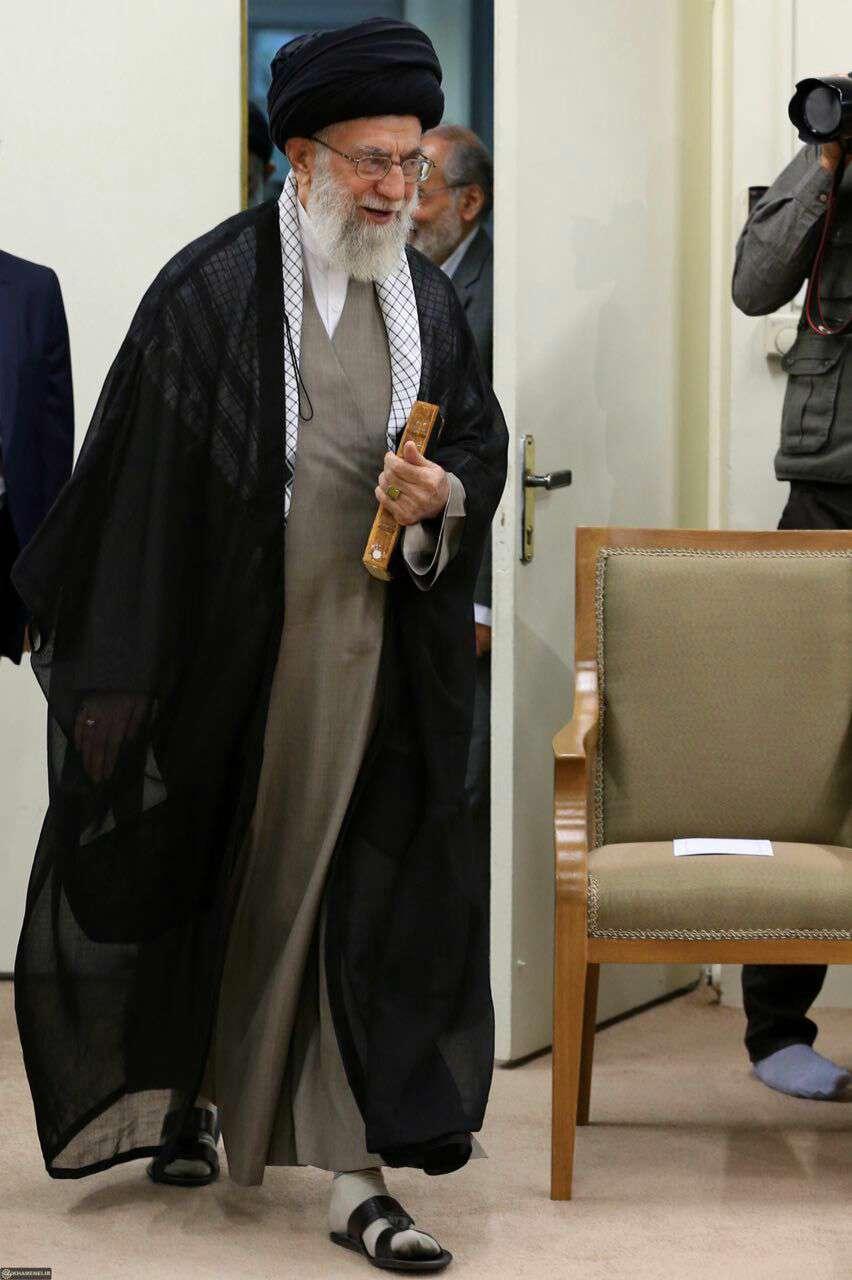 رئیسجمهور و اعضای هیأت دولت با رهبرانقلاب ديدار كردند رهبرانقلاب همواره در دیدار رمضانی رؤسای جمهور و اعضای هیأت دولت،کتاب نهجالبلاغه را به همراه دارند