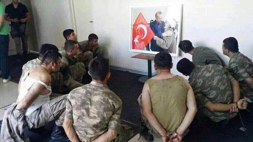مجبور کردن سربازان ارتش #ترکیه برای زل زدن ممتد به عکس اردوغان!