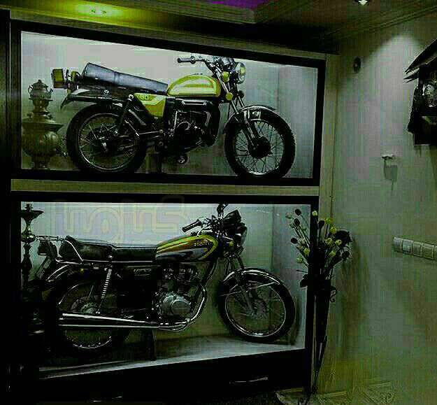 دو موتور سیکلت در ویترین منزلی در شهر بهبهان