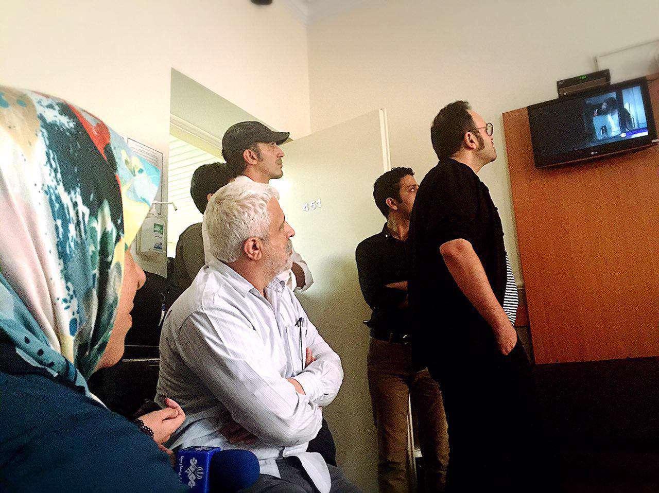 عیادت عوامل فیلم «ایستاده در غبار» از مادر حاج احمد متوسلیان در بیمارستان به مناسبت سالگرد ربایش چهار دیپلمات ایرانی