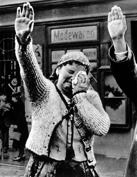 گريه زن لهستاني هنگام ورود نيروهاي آلماني به كشورش در حالي كه به اجبار سلام نازي ميدهد، سال 1939.