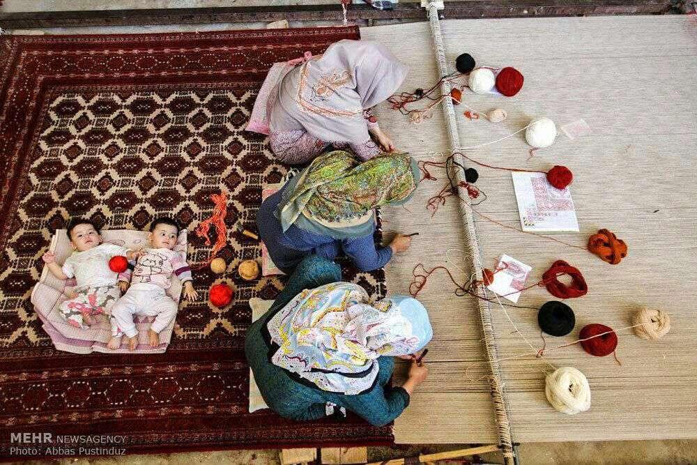زنان ترکمن درحال قالیبافی