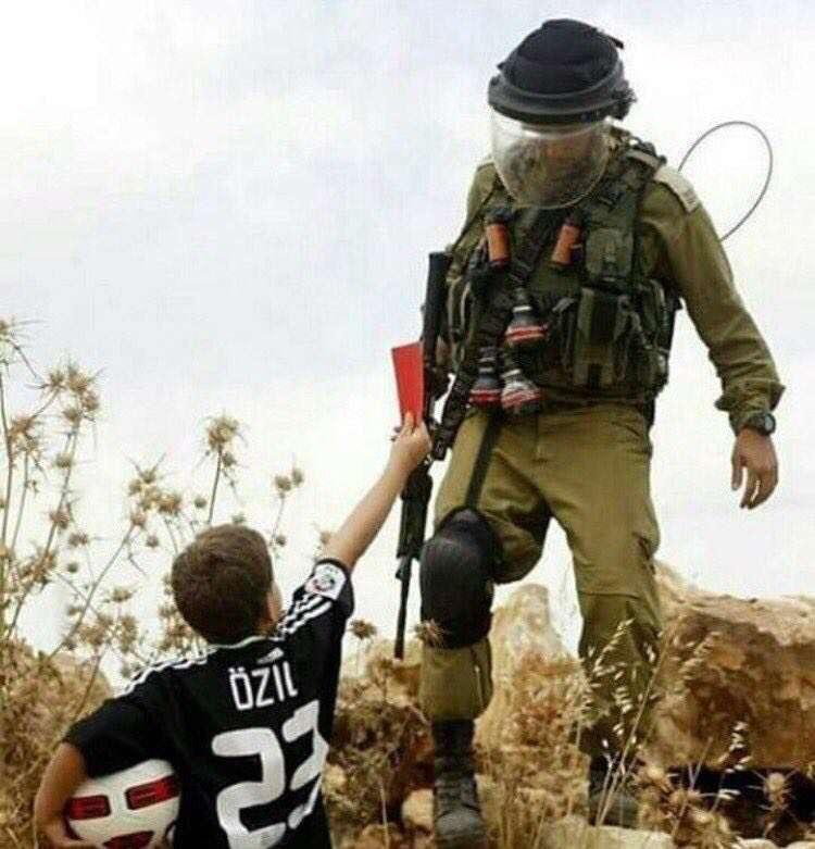 کارت قرمز کودک فلسطینی به سرباز اسرائیلی