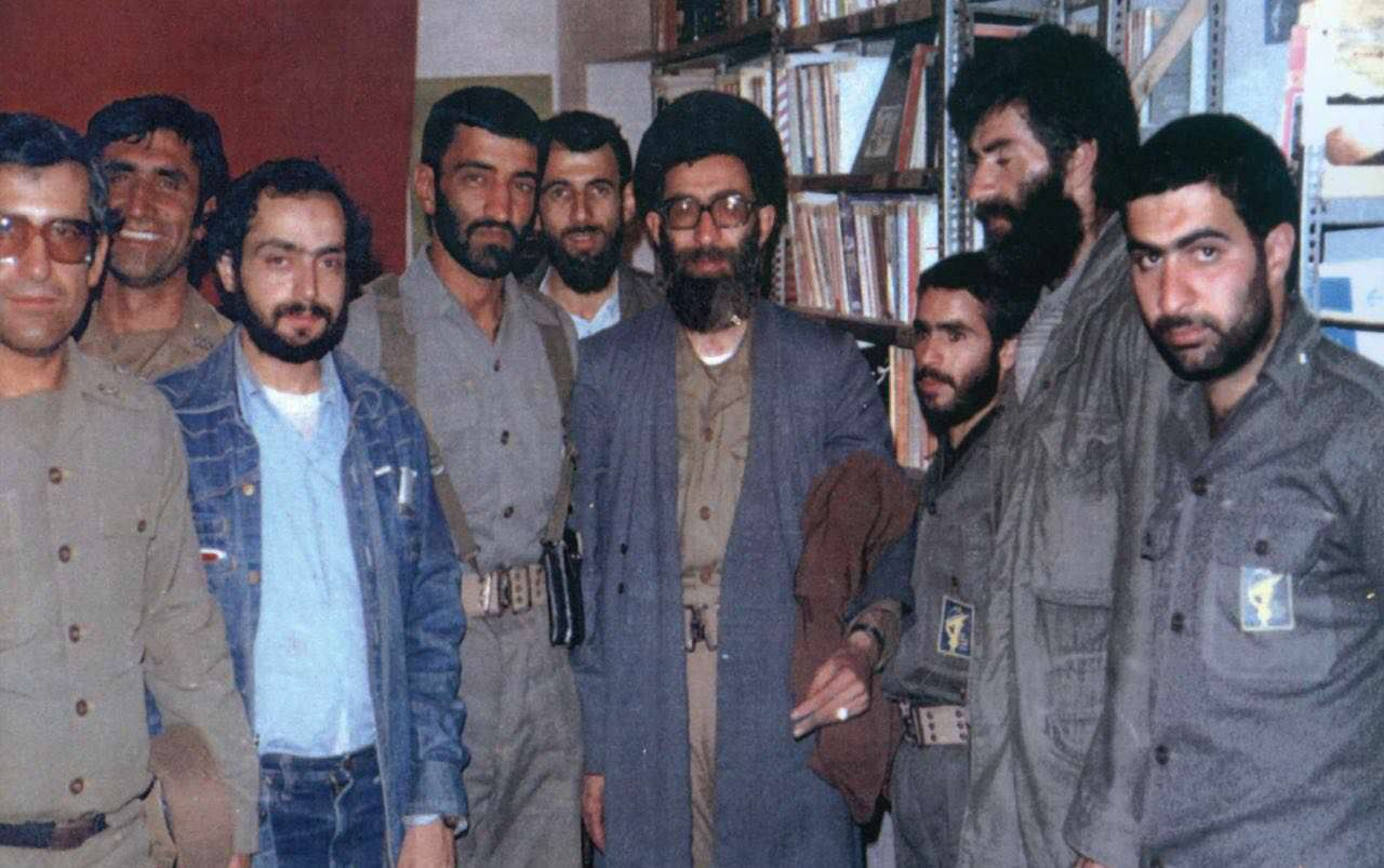 تصوير كمتر ديده شده از حاج احمد متوسليان در كنار رهبر انقلاب