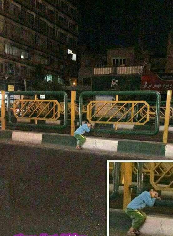 ساعت یک بامداد , خیابان انقلاب تهران !  بچه ای که از خستگی کار  سخت روزانه کنار جدول خیابان خوابش برده است!