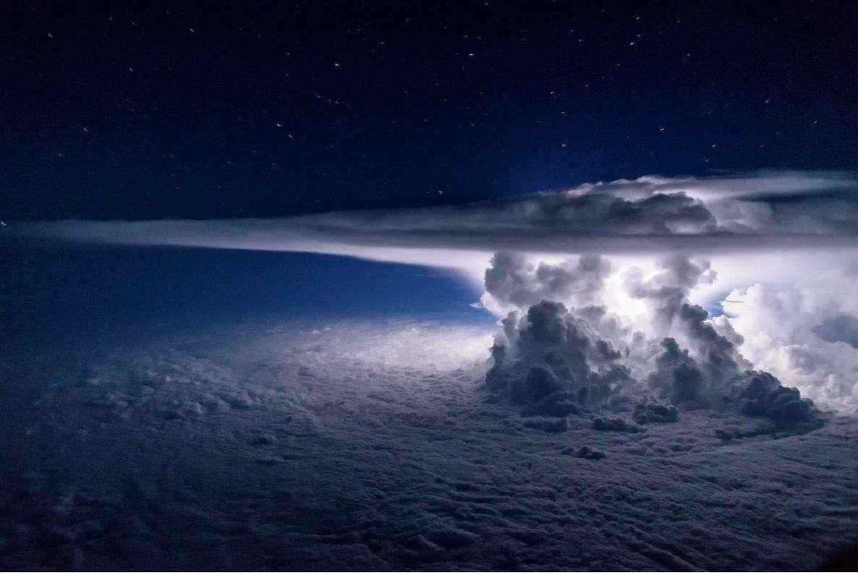 طوفان و رعدوبرق در ارتفاع ۱۱کیلومتری روی اقیانوس آرام