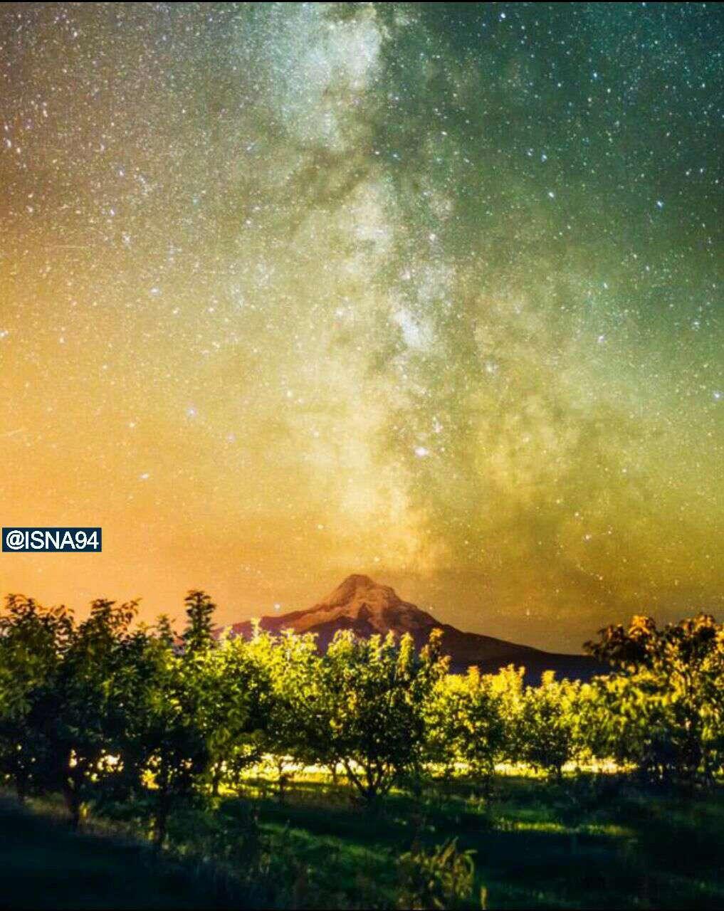 راه شیری بر فراز آتشفشان فعال هود در آمریکای شمالی