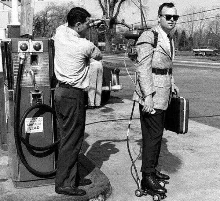 یک مرد در حال سوختگیری برای اسکیت هایی که با بنزین کار می کنند / ۱۹۶۱