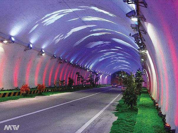 تونلی بسیار زیبا در چین به طول 18 کیلومتر  به منظور کاهش خستگی بصری و اطمینان از ایمنی ترافیک، پیشرفته ترین سیستم روشنایی تونل جهان در این تونل نصب شده است