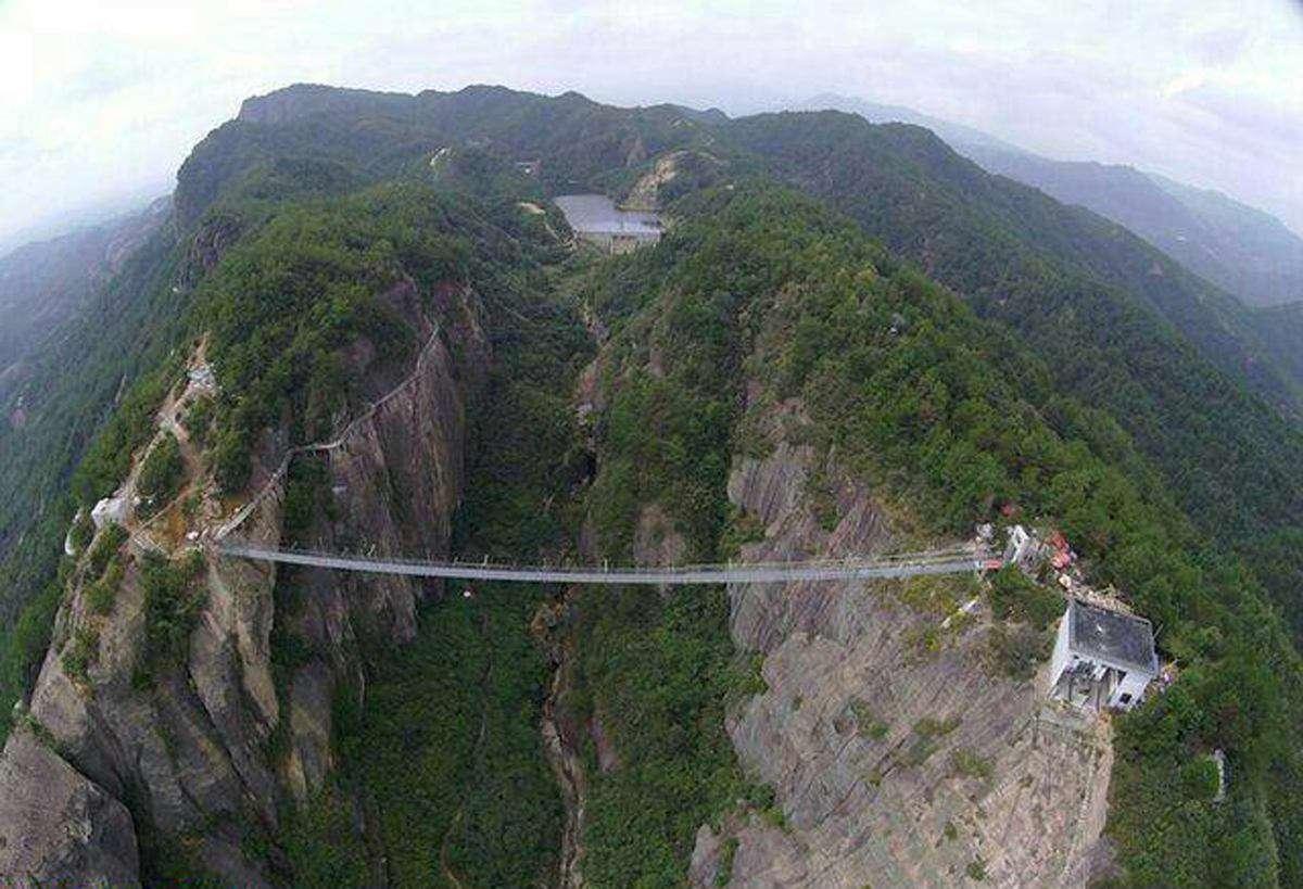 طولانیترین و مرتفعترین پل شیشهای جهان در مرکز چین به روی بازدیدکنندگان گشوده شد.