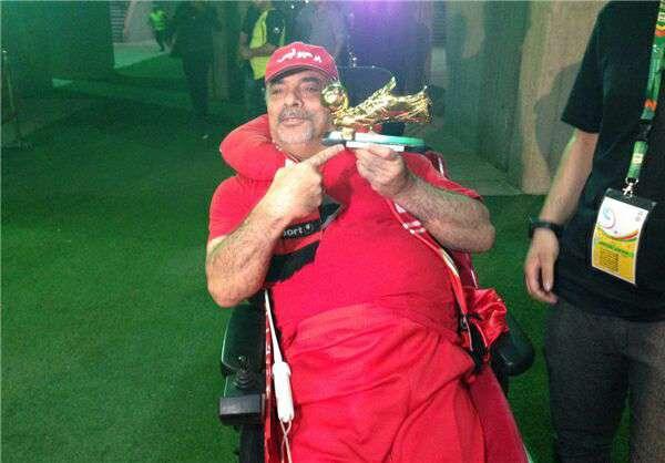 مهدی طارمی، مهاجم پرسپولیس، کفش طلای آقای گلی فصل گذشته خود را به جانباز مشهور پرسپولیسی اهداء کرد