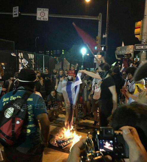 آتش زدن پرچم اسرائیل در آمریکا  تعدادی از طرفداران برنی سندرز مقابل محل برگزاری کنوانسیون ملی دموکراتها تجمع کرده، و پرچم اسرائیل را آتش زدند