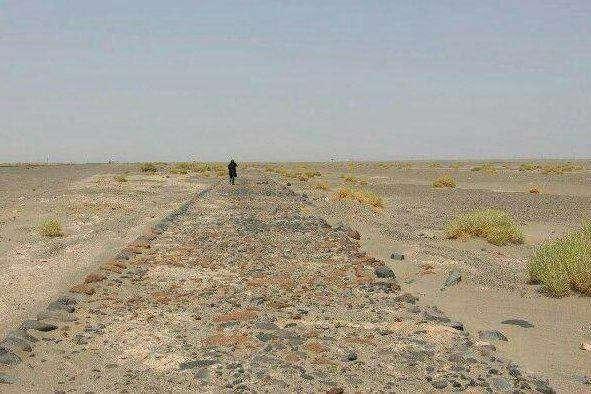 طوفان در کویر کرمان بقایای یک جاده تاریخی سنگفرش شده مربوط به دوره اشکانی را نمایان کرد