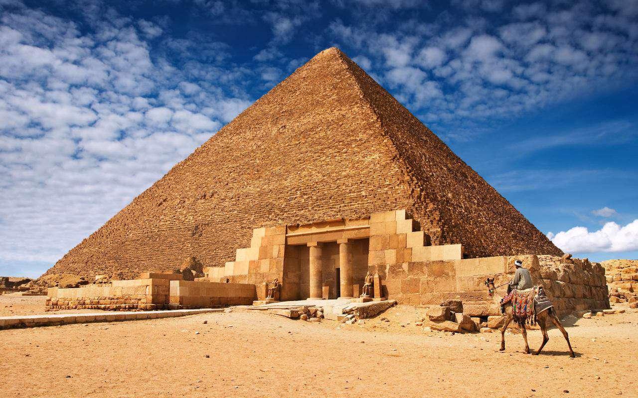 هرم بزرگ جیزه  تنها هرم مصری است که هم راه عبور برای بالا رفتن و هم پایین آمدن را دارا میباشد