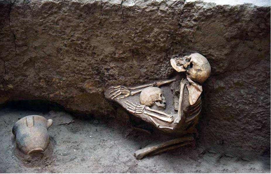 عشق جاودان مادری از ۴۰۰۰ سال پیش تاکنون/ این مادر در حدود چهار هزار سال پیش در مقابله با زلزله ای شدید فرزندش را به آغوش کشید اما هردو زیر آوار مدفون شد
