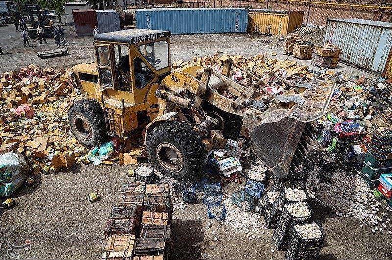 صبح امروز محموله بزرگ۴۰۰ تنی کالای قاچاق به ارزش حدود ۱۵ میلیارد تومان در غرب تهران امحا شد