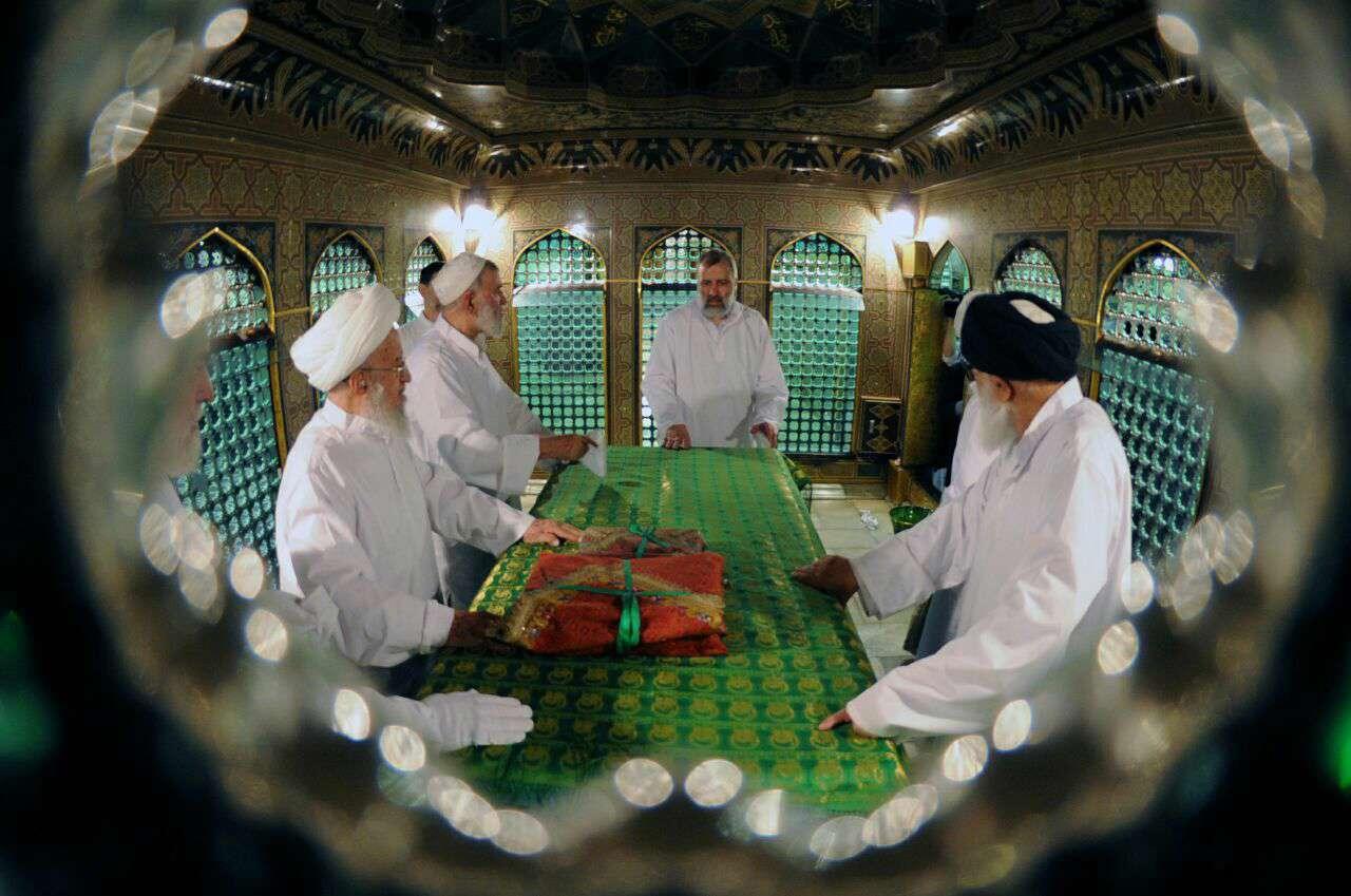 همزمان با ایام دهه کرامت، غبارروبی ضریح مطهر امام رضا(ع) صبح امروز برگزار شد