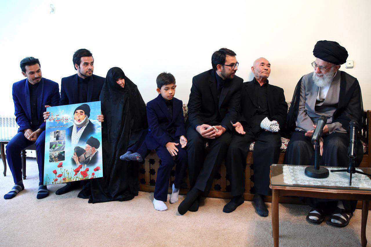 خانواده جانباز شهید رجب محمدزاده پيش از ظهر امروز با رهبر انقلاب ديدار كردند