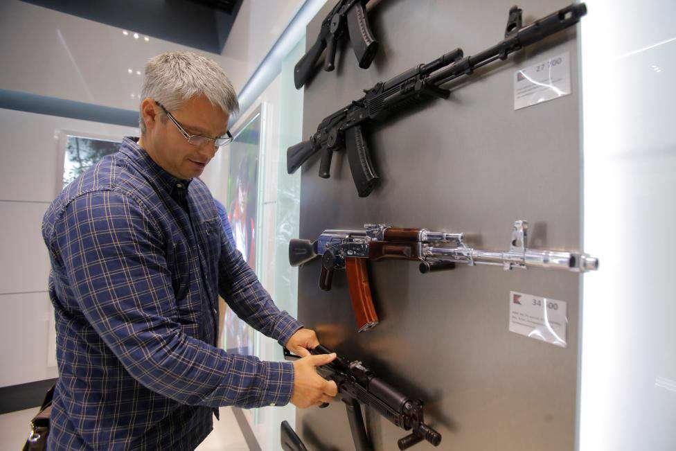 شرکت اسلحه سازی کلاشنیکوف، اقدام به افتتاح فروشگاهی در بزرگترین فرودگاه مسکو کرده که در آن ماکت های پلاستیکی اسلحه کلاشنیکوف به عنوان سوغاتی روسیه به فروش می رسد