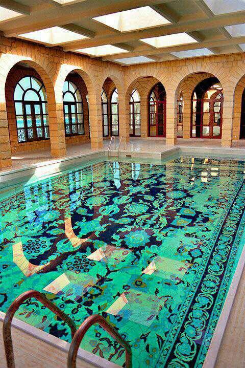 طراحی استخر با الهام از طرح فرش ایرانی، با استفاده از سرامیک های دست ساز