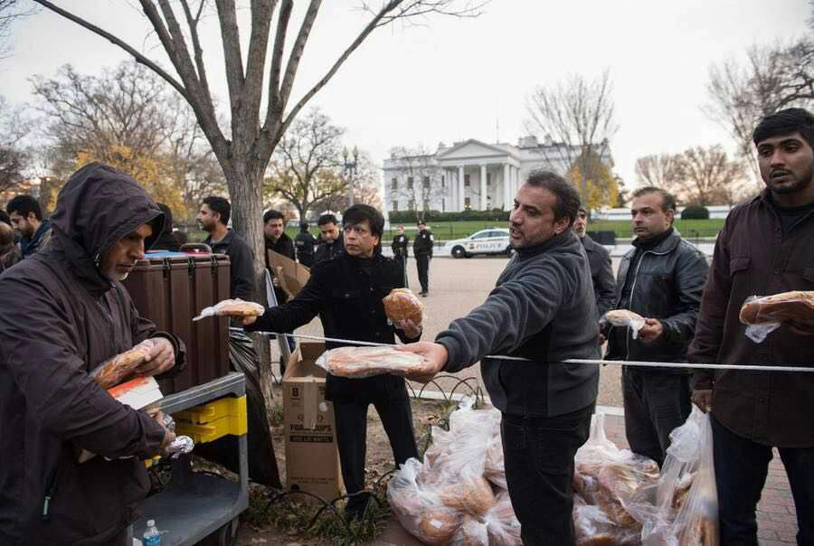 توزیع غذای نذری عزاداران حسینی مقابل کاخ سفید، واشنگتن، آمریکا