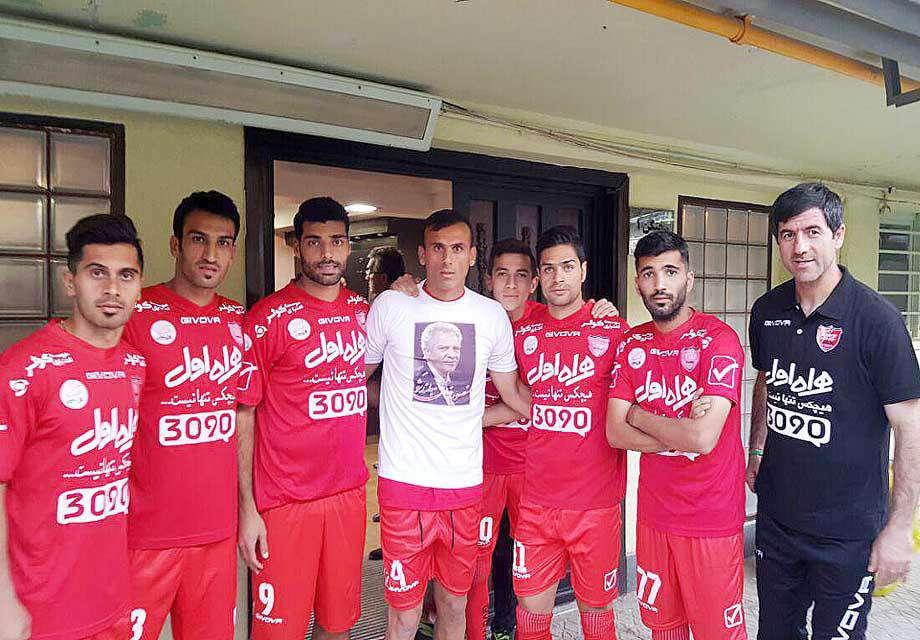 سیدجلال حسینی کاپیتان پرسپولیس با پیراهن منقش به تصویر منصور پورحیدری یاد پیشکسوت بیمار استقلال را زنده کرد