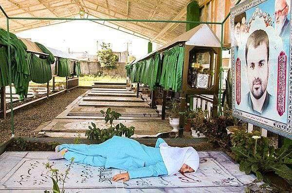فرزند شهید اسماعیل خانزاده از شهدای مدافع حرم در اولین روز مدرسه بعد از اتمام کلاس، به مزار پدر رفت و...