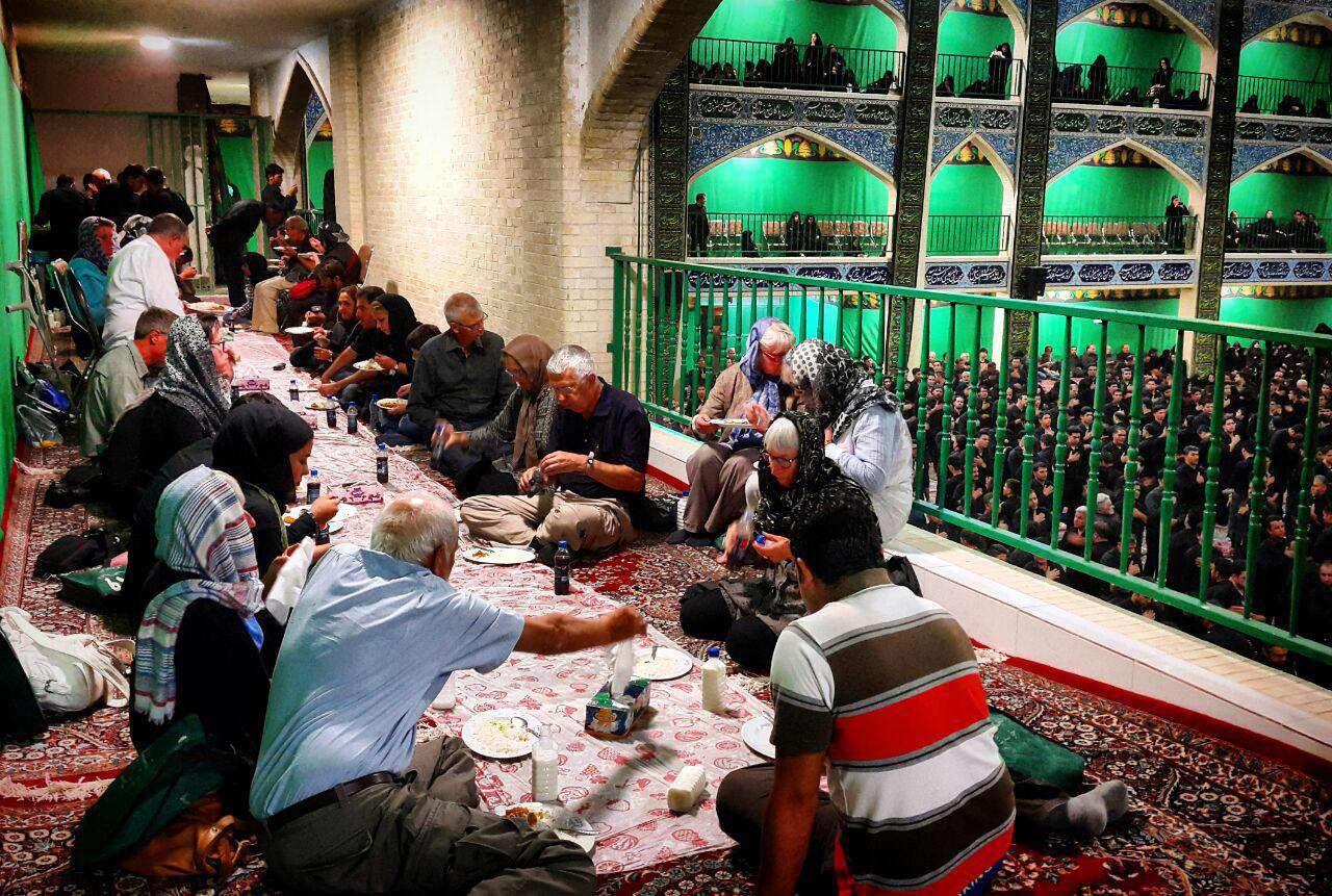 حضور چهل گردشگر خارجی در مراسم عزاداری تاسوعا و خوردن قیمه نذری. حسینیه خویدک، یزد