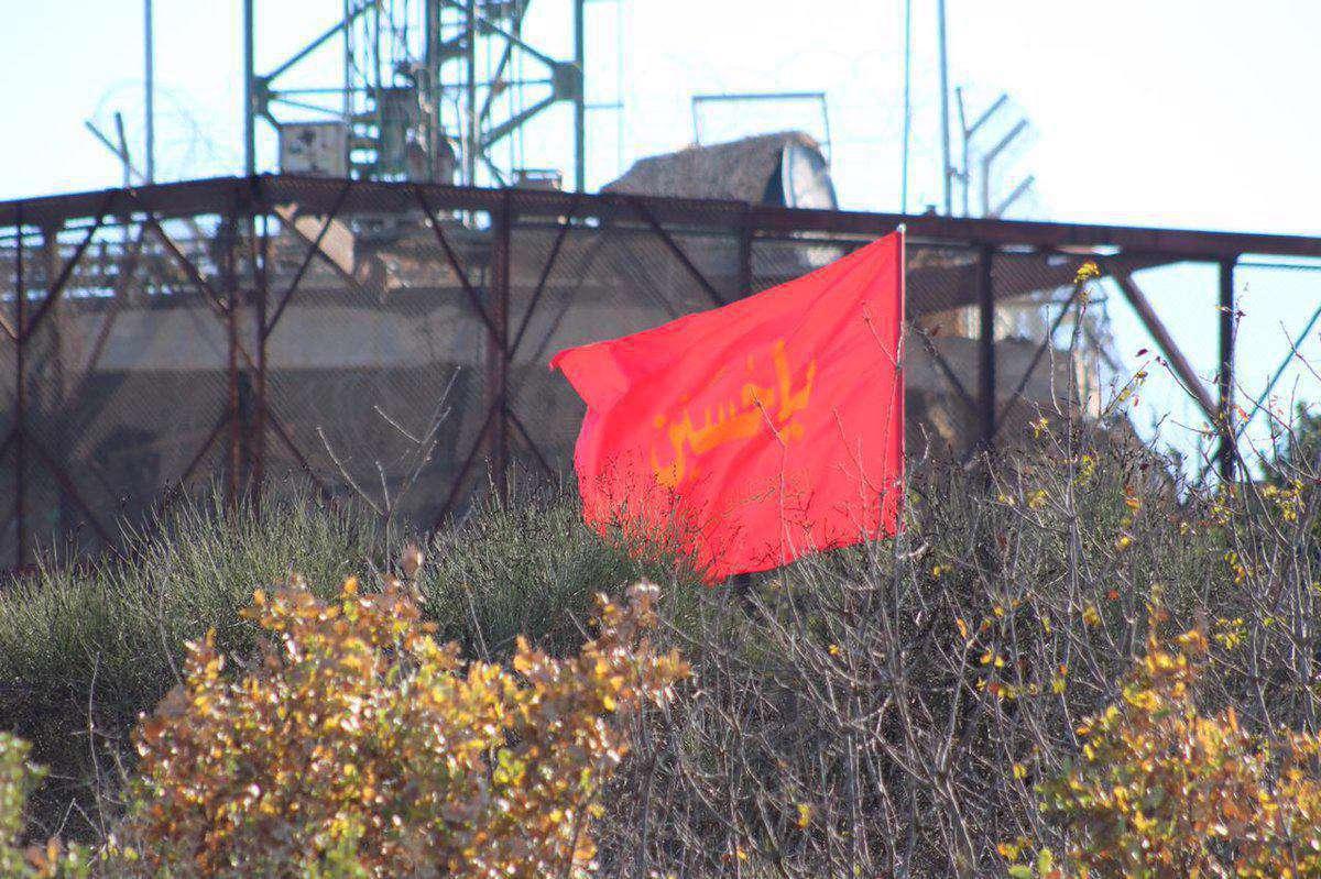 برافراشتن پرچم یا حسین (ع) در مقابل پایگاه نظامی اسراییل در مرز لبنان با فلسطین اشغالی
